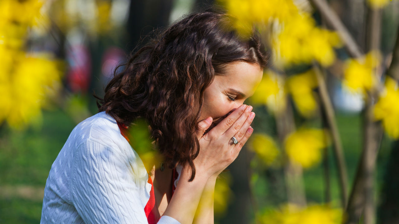woman-sneezing-from-a-cold-or-spring-allergies